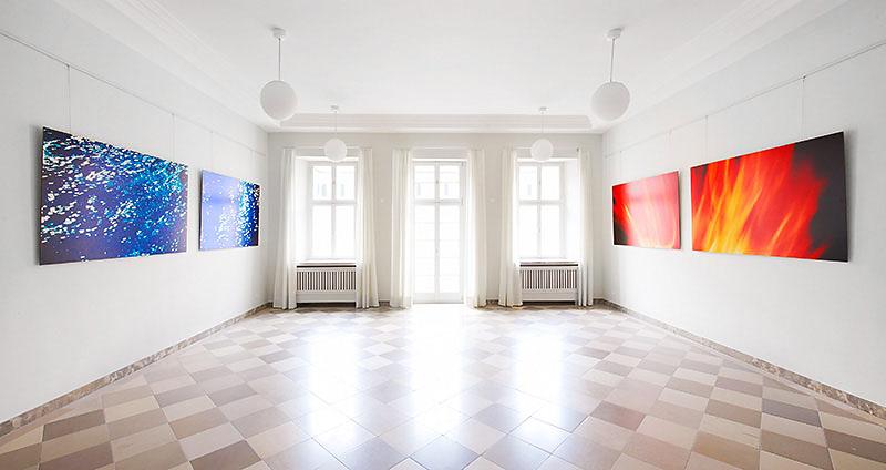 """Ein Bild aus der Ausstellung """"FEUER und WASSER"""" der Nürnberger Künstlerin Sabine Freudenberger, realisiert für das Priesterseminar Bamberg"""
