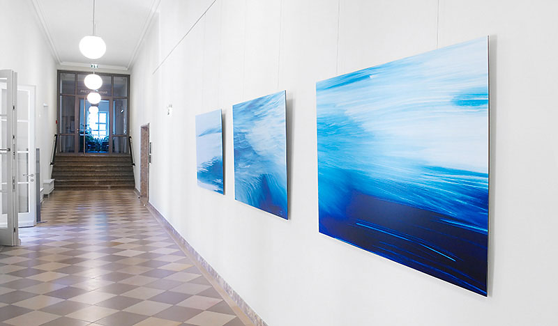 """Foto aus der Ausstellung """"FEUER und WASSER"""" der Nürnberger Künstlerin Sabine Freudenberger, realisiert für das Priesterseminar Bamberg"""